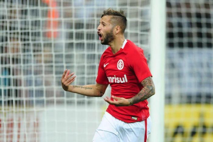 Nico López comemorando o gol de empate